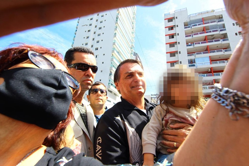 Bolsonaro é aclamado por idosos e crianças em passeio no litoral de SP